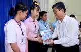 Liên đoàn Lao động tỉnh trao quà cho công nhân lao động có gia đình bị ảnh hưởng bởi bão, lũ