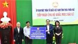 越南祖国阵线中央委员会主席和国家副主席给承天顺化省灾民赠送慰问品