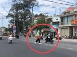 Dây điện lòng thòng giữa đường gây nguy hiểm