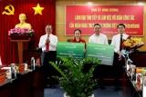 Vietcombank赠送20亿越盾用于帮助困难民众和工人、劳动者