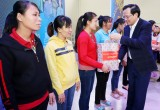 Bộ trưởng Bộ Lao động - Thương binh và Xã hội và lãnh đạo tỉnh tặng quà cho công nhân lao động