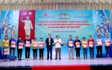Minister of Labor, Invalids and Social Affairs and leaders of Binh Duong province present gifts to workers