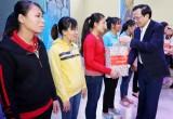 劳动荣军社会部部长与平阳省领导向工人、劳动者赠送礼物