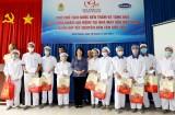 越南国家副主席邓氏玉盛看望慰问我省劳动者并赠送礼物