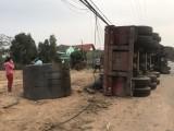 Cuộn thép nặng hàng chục tấn rơi khỏi container khi xe vào cua