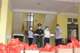 Tặng quà tết cho sinh viên Đại học Thủ Dầu Một đang cách ly tập trung