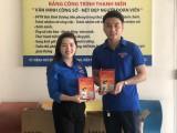 Chi đoàn Báo Bình Dương tặng sách cho Thành đoàn Thuận An