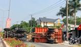 Xe máy kéo lật ngang, hàng tấn củ mì tràn xuống đường