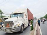 Trèo qua dải phân cách, người phụ nữ bị xe container tông chết tại chỗ