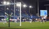 Kane cứu Tottenham thoát thua Everton