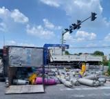 Lật xe tải, hàng chục bình gas đổ xuống đường