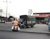 Cảnh sát giao thông dẫn đường cho xe cứu thương chở sản phụ cấp cứu