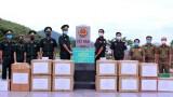 河静省和山罗省边防部队向老挝部分省份的军事及公安力量赠送防疫物资