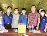Thăm và tặng quà các chốt kiểm soát phòng chống dịch bệnh