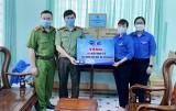 Trao tặng hỗ trợ Đoàn thanh niên tham gia phòng chống dịch