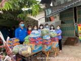 Tặng quà cho khu cách ly ở phường An Phú, TP.Thuận An