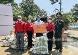 Trao hàng hóa hỗ trợ lực lượng phòng chống dịch và người dân ở khu vực bị cách ly y tế