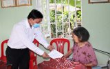 Provincial leaders present gifts to families of contributions in Binh Duong province