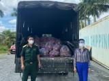 Tặng 17 tấn thanh long cho lực lượng tham gia phòng, chống dịch