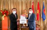 Quỹ Temasek tặng Việt Nam máy trợ thở và thiết bị bảo hộ chống dịch