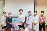 Bảo Minh Bình Dương trao tặng Bệnh viện Đa khoa tỉnh 500 triệu đồng